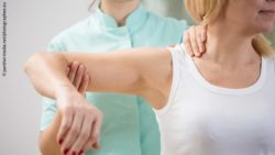 Photo: Physical therapist diagnosing patient with painful arm; Copyright: panthermedia.net/photographee.eu