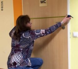 Photo: A woman measuring a door; Copyright: BIZEPS