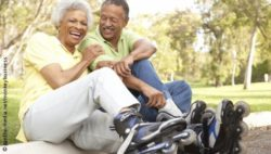 Photo: Two elderly people having a good time with inline skates; Copyright: panthermedia.net/monkeybusiness