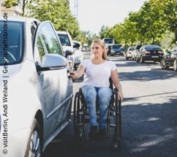 Photo: Young woman in a wheelchair opens the driver's door of a car she wants to get into; Copyright: visitBerlin, Andi Weiland | Gesellschaftsbilder.de