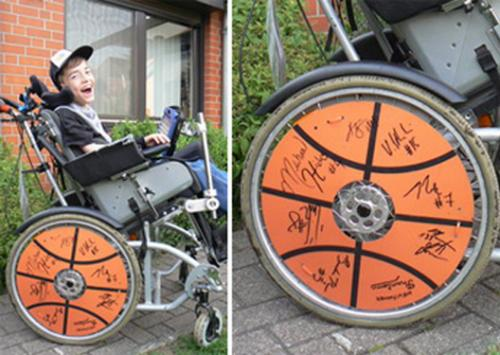 "Foto:  Wheelchair with ""Basketball-Wheels"" and autographs"