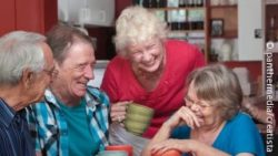 Photo: Group of elderly people laughing; Copyright: panthermedia.net/Creatista