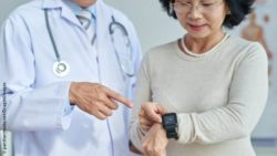 Photo: Physician explaining his elderly patient the features of her smartwatch; Copyright: panthermedia.net/DragonImages