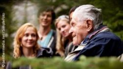 Photo: An elderly man with his family members in the backround; Copyright: panthermedia.net/SimpleFoto