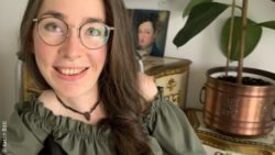 Photo: young brunette woman with glasses - Katrin Bittl - in a wheelchair in baroque furnished surroundings; Copyright: Katrin Bittl