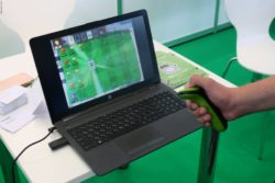 Photo: A hand holding a controller to play a game on a laptop screen; Copyright: beta-web/Schlüter