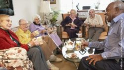 Photo: Several elderly people with different cultural background laugh with each other in a nursing home; Copyright: panthermedia.net/Monkeybusiness Images