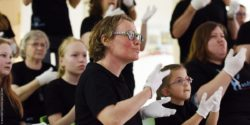 Photo: Ines Helke at a performance of the sign language choir 'Hands Up'; Copyright: alsterdorf assistenz west gGmbH