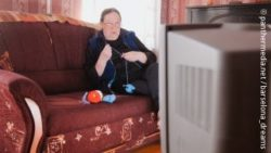 Photo: An old lady watching TV; Copyright: panthermedia.net/barselona_dreams