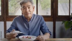 Photo: Screenshot from the Bravo Twist product video. An older man sits in front of a plate and holds the Bravo Twist in his hand ; Copyright: Pro Walk GmbH