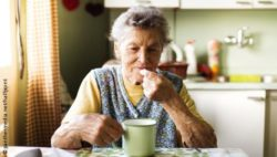 Photo: Elderly woman taking medacation for pain relief; Copyright: panthermedia.net/halfpoint