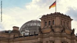 Photo: The German Reichstag in Berlin with the national flag; Copyright: panthermedia.net/Uwe Norkus