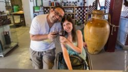 Photo: Adina and Timo Hermann with a glass of wine; Copyright: Timo Hermann