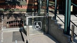 Photo: Wheelchair lift in front of a medical center; Copyright: panthermedia.net/gl0ck