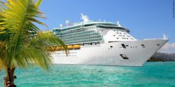 Photo: A cruise ship in front of an island, a palm tree protrudes into the picture; Copyright: panthermedia.net/ml12nan