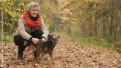 Photo: Elderly woman playing with her dog in a forest; Copyright: panthermedia.net/Frenk and Danielle Kaufmann