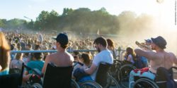 Photo: Several wheelchair users on a wheelchair platform during a festival; Copyright: Timo Hermann | Gesellschaftsbilder.de