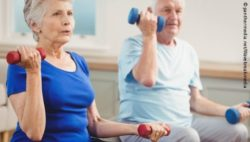 Photo: Elderly woman and elderly man while strength training; Copyright: panthermedia.net/Wavebreakmedia
