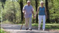 Photo: Elderly couple going for a walk; Copyright: panthermedia.net/Fotosmurf