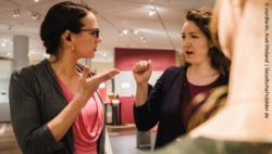 Photo: Two women talk to each other in sign language; Copyright: visitBerlin, Andi Weiland | Gesellschaftsbilder.de