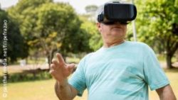 Photo: Elderly man is wearing Virtual Reality goggles in a park; Copyright: panthermedia.net/filipefrazao