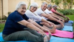 Photo: A group of seniors doing stretching exercises in a garden; Copyright: panthermedia.net/Wavebreakmedia ltd