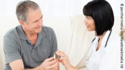 Photo: An older man getting some pills from a nurse; Copyright: panthermedia.net/Wavebreakmedia ltd