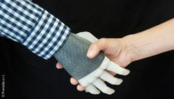 Photo: The novel prosthetic hand shakes a human hand; Copyright: Prensilia s.r.l.