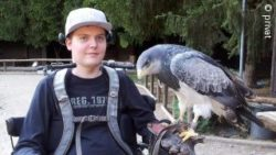 Photo: Dennis Winkens with a hawk on his arm; Copyright: private