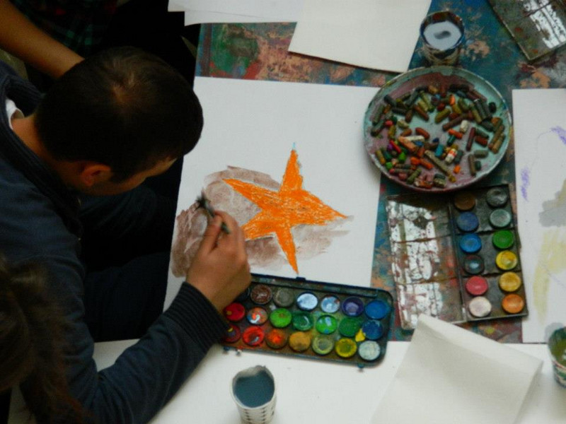 Photo: Teenager paints a sea star; © Dreams Academy