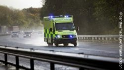 Photo: An ambulance with flshing lights driving on a freeway; Copyright: panthermedia.net/BrianAJackson