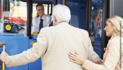 Photo: Woman helping an elderly man to board the bus; Copyright: panthermedia.net/Monkeybusiness Images