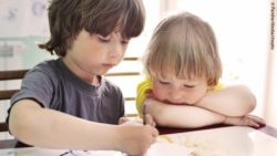 Photo: two preschoolers drawing a picture together; Copyright: PantherMedia/chepko