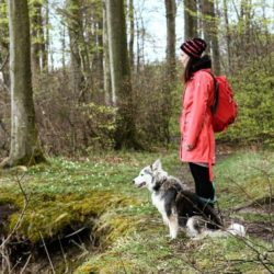 Photo: Woman in outdoor clothing - Marina Wendt - with her dog in the forest; Copyright: geschmackswerkstatt