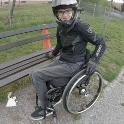 Photo: Nico Schinacher with helmet in his wheelchair; Copyright: private