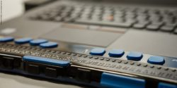 Photo: a braille line at a laptop; Copyright: Michel Arriens | www.michelarriens.de
