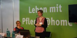 "Photo: Female speaker at the Forum ""Living with care @home""; Copyright: beta-web/Lormis"
