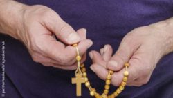 Photo: hands of an elderly person are holding a rosary; Copyright: panthermedia.net/agneskantaruk
