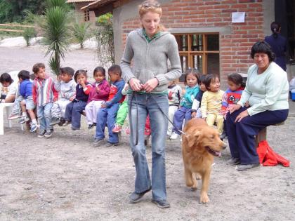 Photo: Children, therapist and a dog; © AM-EN