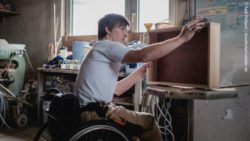 Photo: Wheelchair user David Völzmann at work in a carpentry workshop; Copyright: Andi Weiland | Gesellschaftsbilder.de