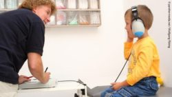 Photo: Boy during an auditory test in a doctor's room; Copyright: panthermedia.net/Wolfgang Flöting
