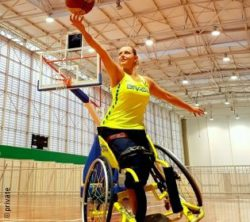 Photo: Paola Klokler in the gym playing basketball; Copyright: private