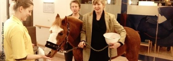Photo: Hospice director Angelika Behm (left) and Hinrika Höges (right) who is the owner of the pony 13; Copyright: Diakonie-Hospiz Wannsee