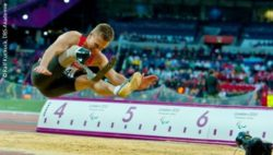 Photo: Markus Rehm while long-jumping; Copyright: Ralf Kuckuck, DBS-Akademie