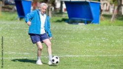 Photo: An elderly man playing soccer; Copyright: panthermedia.net/budabar
