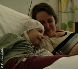 Photo: Tabea Hosche and her daughter Uma in a hospital bed; Copyright: Kirsten Kofahl
