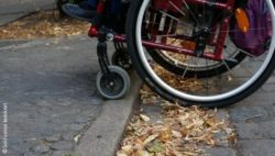 Photo: Wheelchair which crosses a curbside ; Copyright: Inklusion konkret