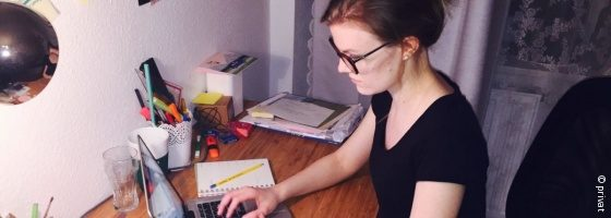 Photo: Leonie Höpfner sitting at her desk at home and working with her laptop; Copyright: private