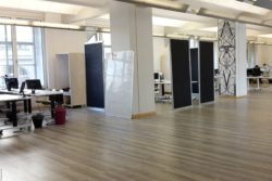 Photo: View into the spacious office space of the Coworking Space TUECHTIG; Copyright: beta-web/Lormis