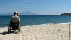 Photo: Wheelchair user at the beach; Copyright: Reisebüro Weitsprung
